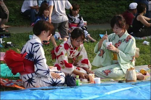 Japonesas vestidas com yutaka (kimono de verão) e fazendo piquenique.