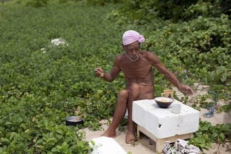 O eremita nu da pequena ilha de Sotobanari