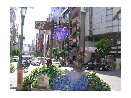 Estátuas nuas nas ruas de Sannomiya
