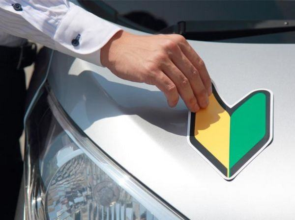 Para que servem esses adesivos grudados no carro no Japão