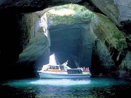 Passeio de barco dentro de grutas e cavernas em Dogashima