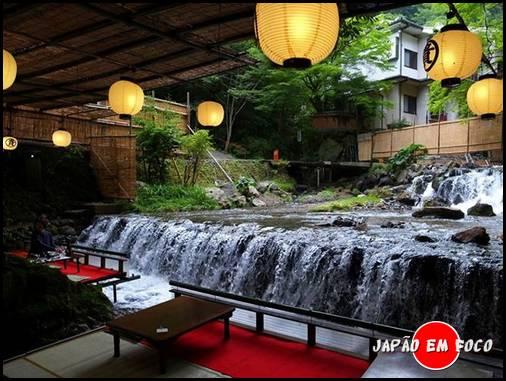 Kawadoko refeições em plataformas construídas no Rio Kibune na prefeitura de Kyoto