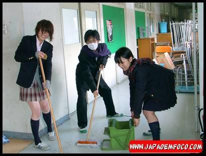 Alunos fazendo a limpeza da escola