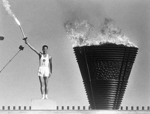 Yoshinori Sakai e tocha olímpica