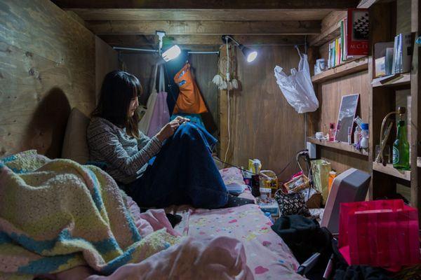 Fotos chocantes de pessoas vivendo em espaços minúsculos no Japão 1