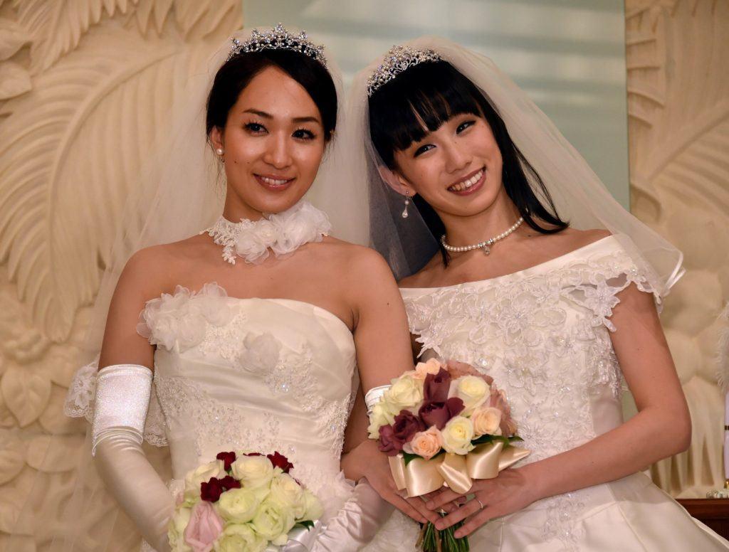 A atriz Akane Sugimori (esquerda) e sua esposa Ayaka Ichinose em seus vestidos de casamento em trajes ocientais