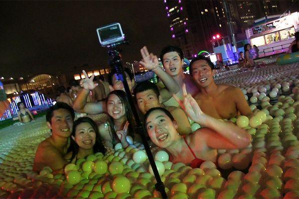 Festas noturnas em piscinas no Japão