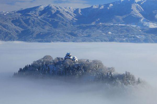 Um castelo entre as nuvens em Ono City, Fukui
