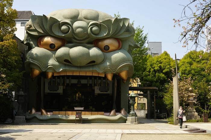 Namba Yasaka Shrine, Osaka. Photo by bethom33